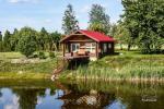 Lauku sēta ezera krastā Ukmerģē reģionā, Lietuvā