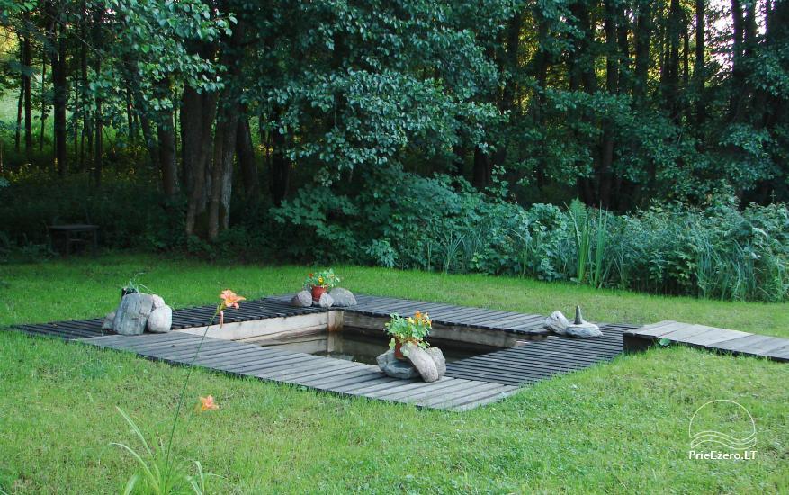 Baltā pagalms pie ezera un strauta Lietuvā - 8