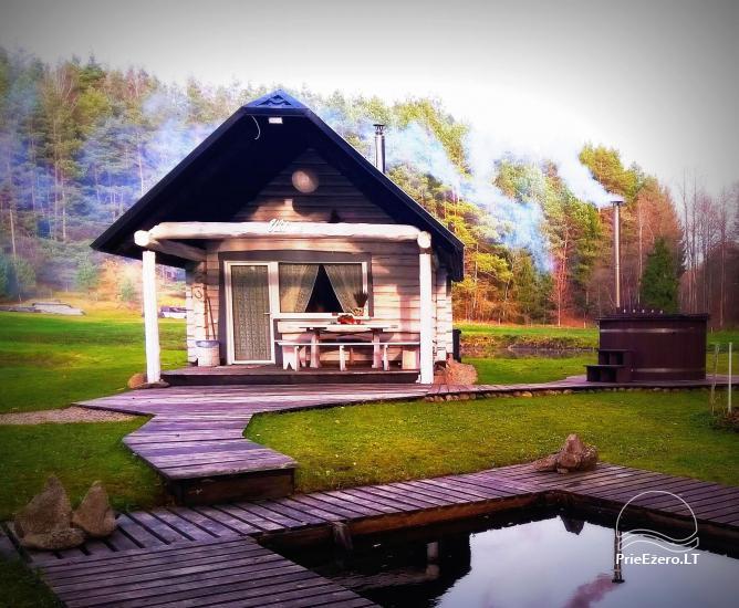 Baltā pagalms pie ezera un strauta Lietuvā - 1