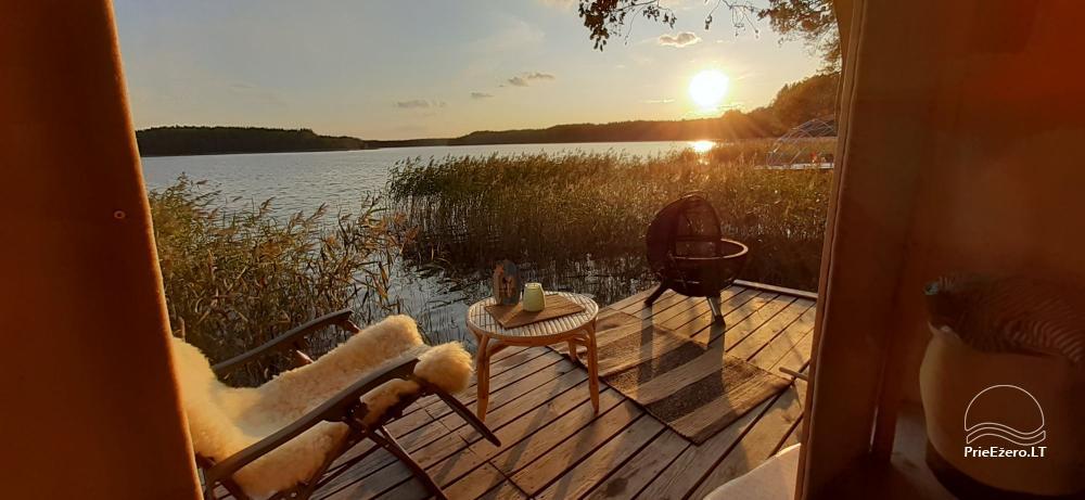 Kempings pie Baltieji lakajai ezera Moletai rajonā, Lietuvā - 6