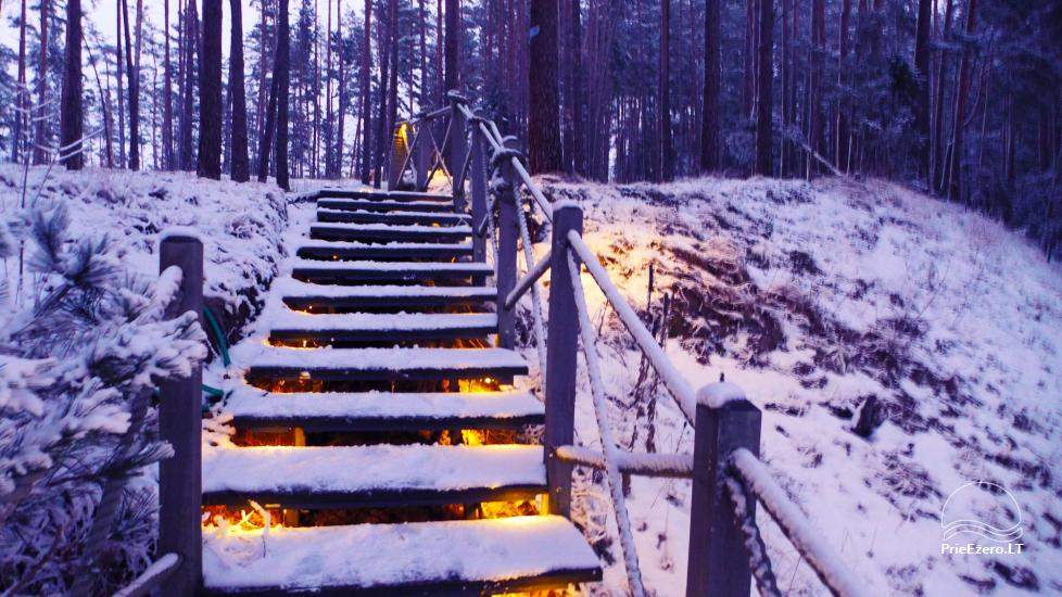 Kempings pie Baltieji lakajai ezera Moletai rajonā, Lietuvā - 11