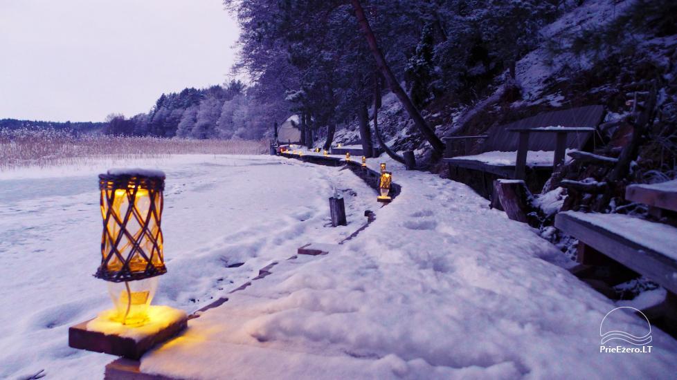 Kempings pie Baltieji lakajai ezera Moletai rajonā, Lietuvā - 10