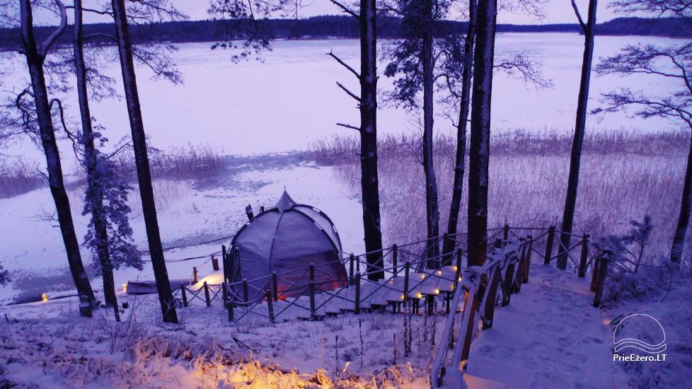 Kempings pie Baltieji lakajai ezera Moletai rajonā, Lietuvā - 9