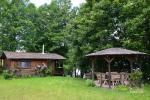 Mājīga neliela vasaras māja ezera krastā mierīgai atpūtai