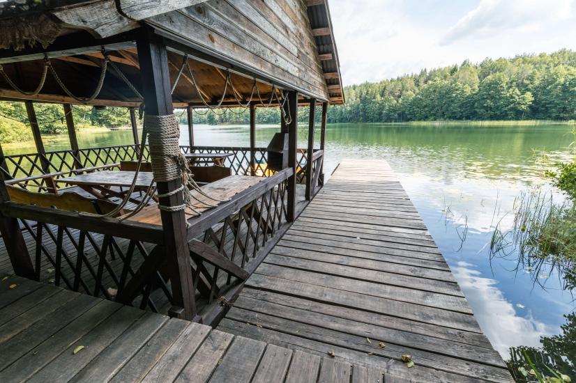 Māja ar pirti krastā ezera - 2