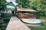 Māja ar pirti krastā ezera