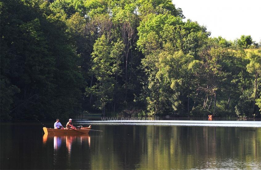 Pirts un karstā baļļa kādā sētā Holandes parks krastā ezera - 14