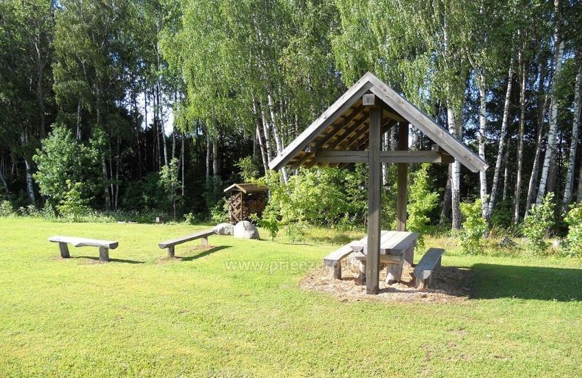 Pirts un karstā baļļa kādā sētā Holandes parks krastā ezera - 19