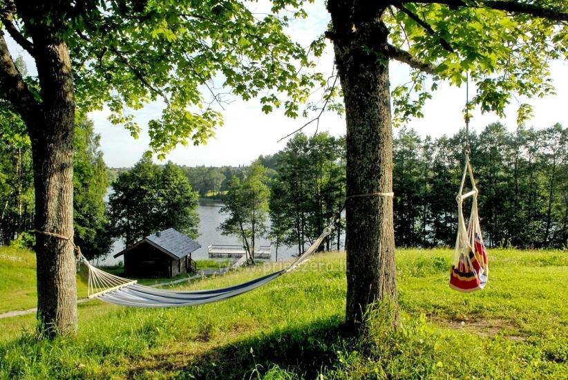 Pirts un karstā baļļa kādā sētā Holandes parks krastā ezera - 11