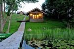 Pirts un karstā baļļa kādā sētā Holandes parks krastā ezera