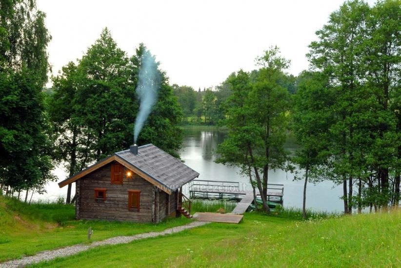 Pirts un karstā baļļa kādā sētā Holandes parks krastā ezera - 7