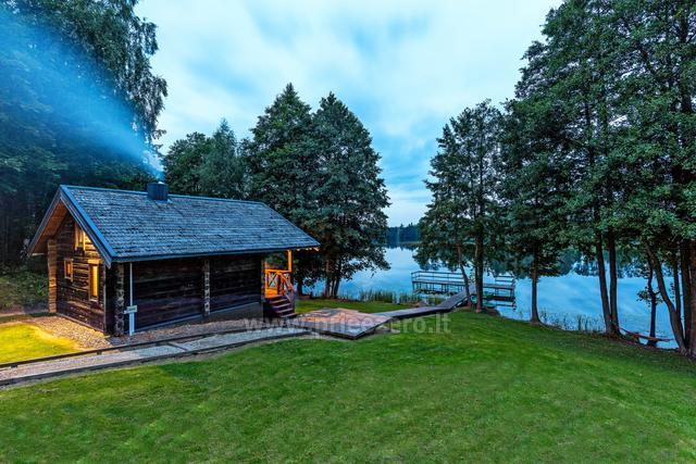 Pirts un karstā baļļa kādā sētā Holandes parks krastā ezera - 2