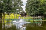 Pirts un karstā baļļa kādā sētā Holandes parks krastā ezera - 4