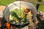Izglītības zivju zupa cooking programma sētā Gaidelių sodyba