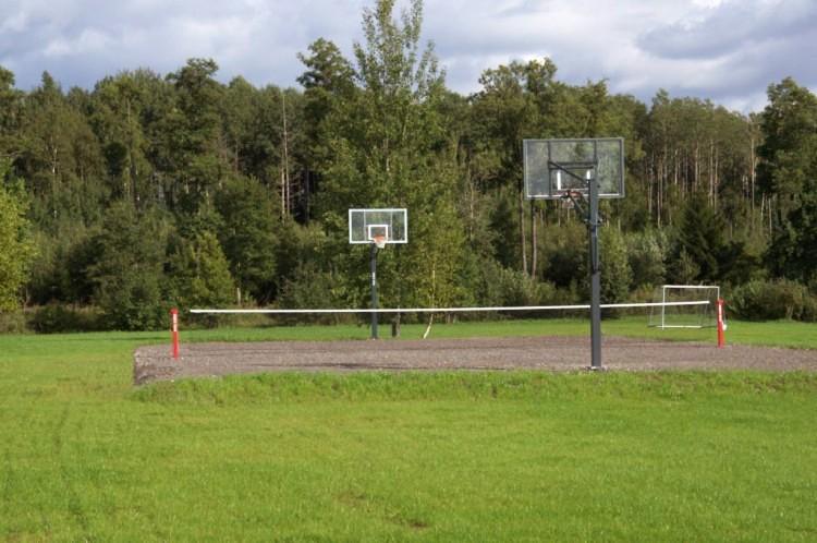 Basketbola, volejbola, futbola laukums lauku mājā Zinenai - 1
